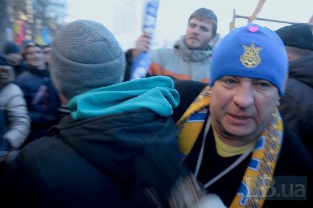 """Четверо мужчин с флагами Партиии регионов пытались пройти на Евромайдан со стороны """"антимайдана"""". В результате завязалась потасовка и пройти им не удалось"""