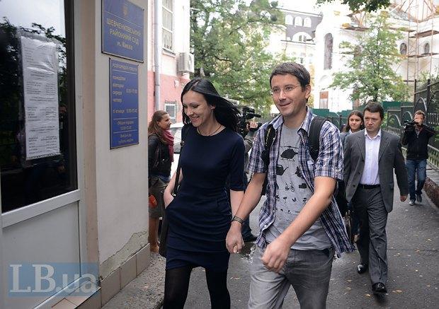 Ольга Сницарчук и Владислав Содель у входа в здание суда