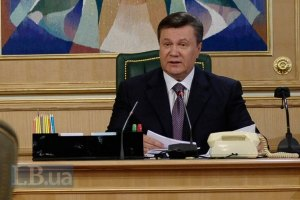 Януковичу подарили форму пограничника