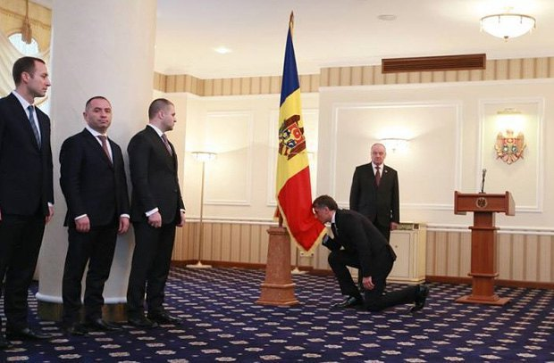 Nicolae Timofti (right, in the back) appointed Eduard Harunjen (centre) as Moldova's prosecutor-general