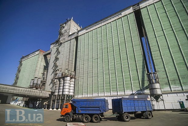 Loading at grain elevators