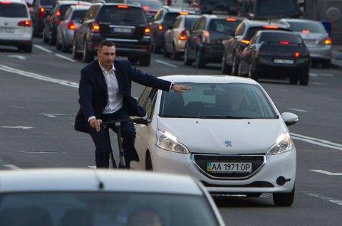 Виталий Кличко в деловом костюме приехал в мэрию на велосипеде
