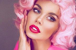 Анна Седокова предстала с розовыми волосами в роли куклы