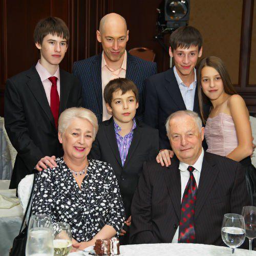 Виновник торжества с родителями — Инной Давидовной, Ильей Яковлевичем и детьми: 16-летним Димой, 9-летним Левой, 19-летним Ростиславом и 12-летней Лизой