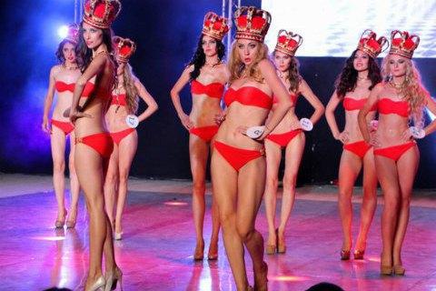 В Крыму выбрали королев красоты в императорских коронах