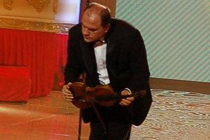 Министр культуры со смычком между ног сыграл на скрипке