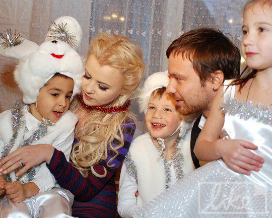 Мика Ньютон и Алексей Чадов с детьми