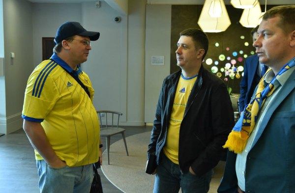 Министр молодежи и спорта Игорь Жданов (слева) и вице-премьер Вячеслав Кириленко (в центре) приехали поддержать команду