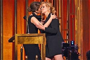 Актрисы вызвали скандал страстным лесбийским поцелуем