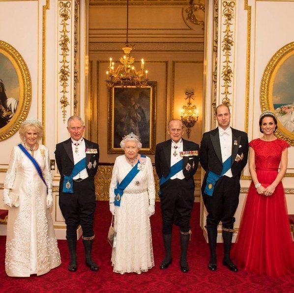 Кейт Миддлтон позировала для портрета королевской семьи втиаре принцессы Дианы