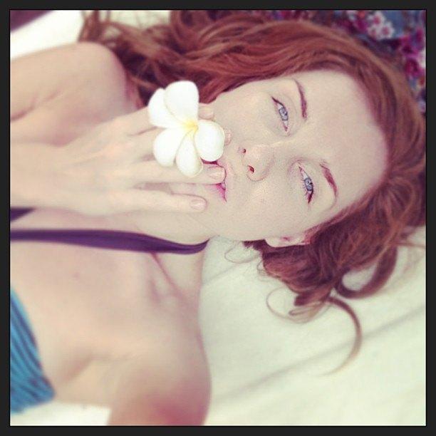 Девушка опубликовала серию фотографию с цветком