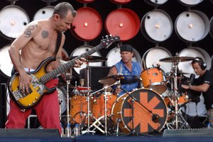 Red Hot Chili Peppers будут медитировать перед концертом