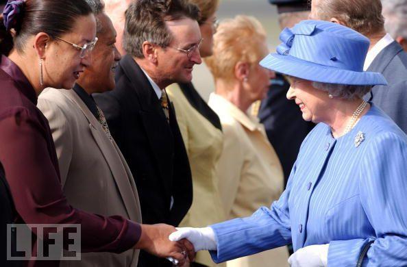 Джорджина Байер здоровается с королевой Елизаветой Второй