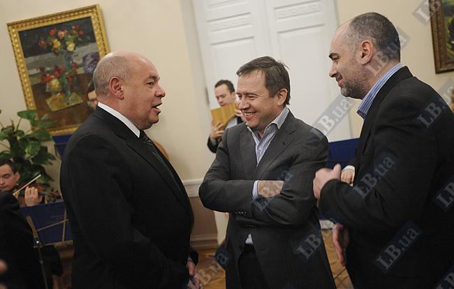 Валентин Юмашев (в центре)
