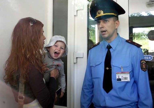 Жена Анджея Почобута, Оксана Почобут с ребенком пытается войти в здание суда