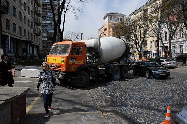 Бетономешалка, которую не пропускают на стройку, перегородила улицу Б. Хмельницкого