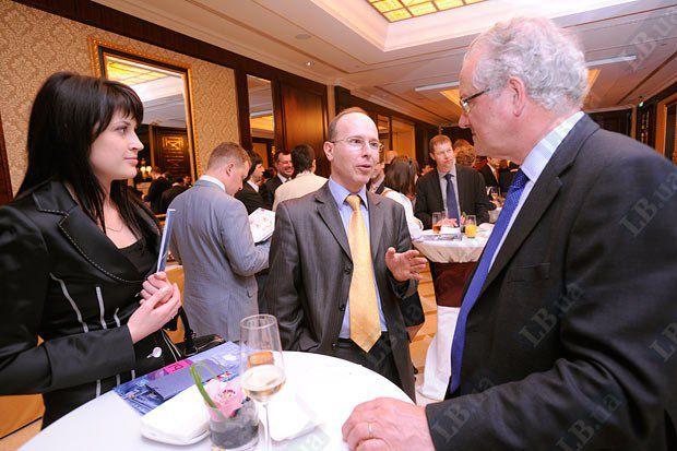Руководитель экономической группы Посольства РФ в Украине Алексей Урин (в центре) и директор Бизнес совета Украина-ЕС Джеймс Уилсон