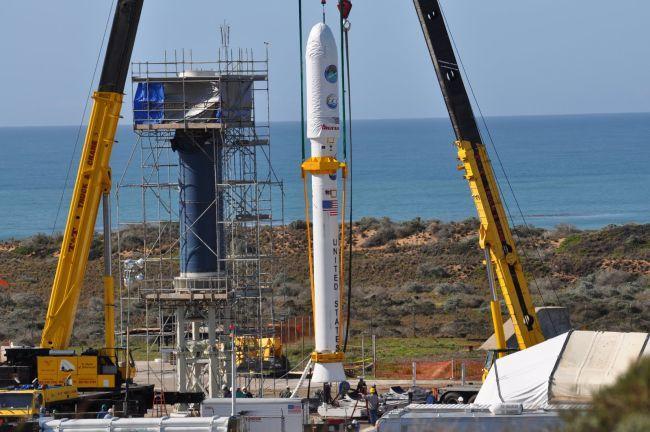 Ракета Taurus XL устанавливается на стартовой площадке авиабазы Ванденберг