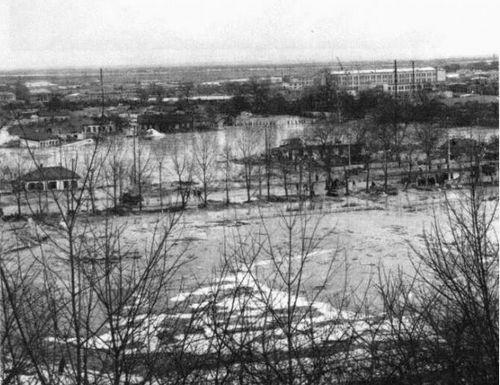Зона затопления. На переднем плане – территория стадиона Спартак, далее – здания по улице Фрунзе и территория депо имени Красина.