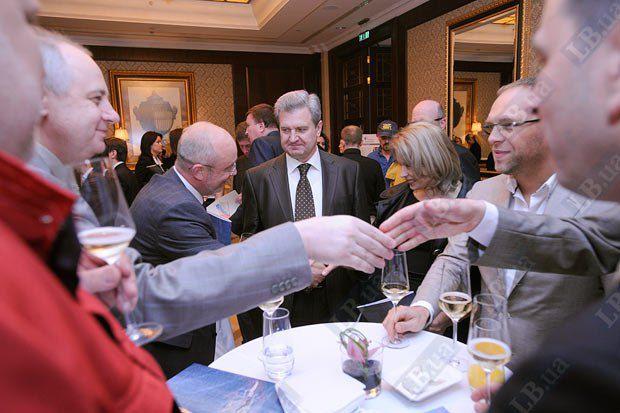 Народные депутаты Украины Сергей Гриневецкий (в центре) и Сергей Власенко (справа)