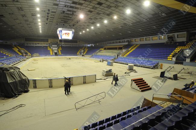 К чемпионату почти все готово. А лед зальют за несколько дней до старта турнира. Хоккейные матчи смогут вместить 6948 зрителей