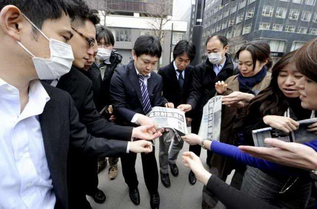 Токийцы разбирают спецвіпуск газеты о стуации на АЭС Фукусима-1