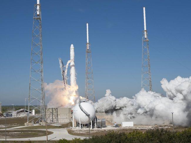 Старт ракеты Falcon 1 со стартовой площадки NASA на мысе Канаверал
