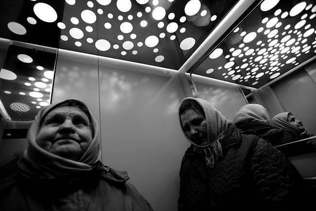 Лифт ж.д.станции `Караваевы Дачи`. Не все из женщин могут поднять багаж с перона на вокзал - многим бабушкам далеко за 70