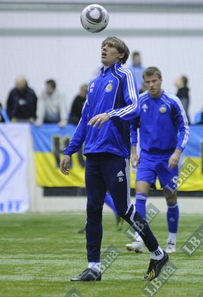 На тренировке Денис Гармаш с мячом на «ты»