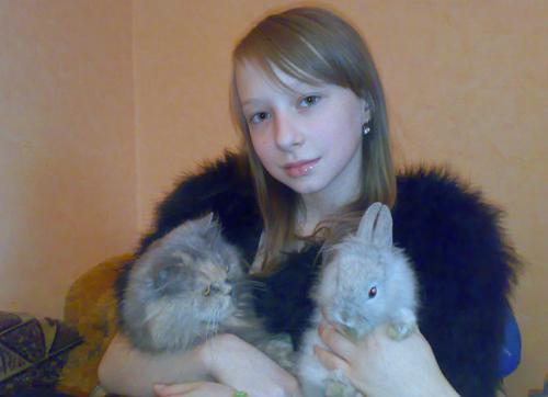 Кочетов Владислав прислал фотографии дочери Насти с ее питомцами, кошкой Барби и кроликом Фунтиком. Сделаны фотографии в декабре 2010 года через неделю после покупки кролика