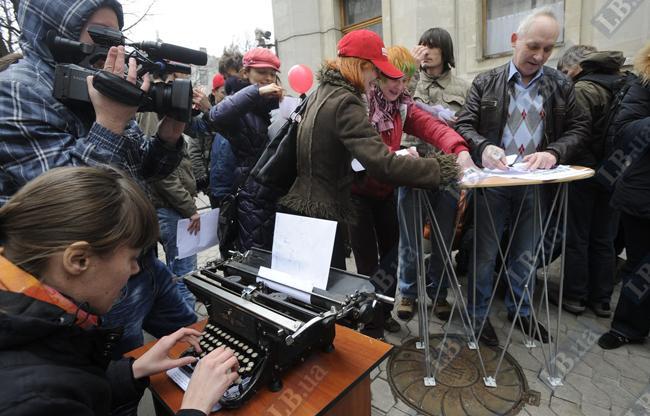 Журналисты печатают обращение к президенту и клеют самиздат-газету