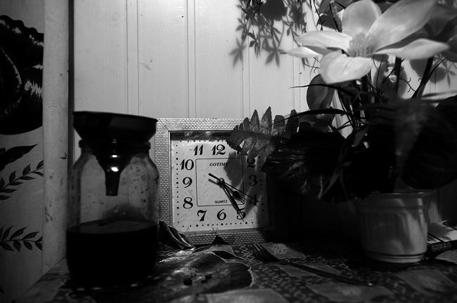 На улице еще темно, время выходить. Для того чтобы успеть на первую электричку на Киев, приходится вставать в 4 часа утра