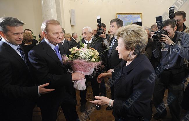Леонид Кучма вручает цветы Наине Ельциной