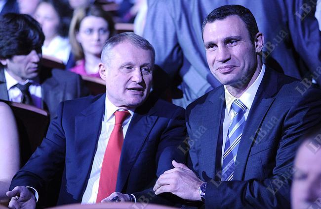 Не исключено, что Виталий Кличко сдерживает смех после очередного свежего анекдота от Григория Суркиса