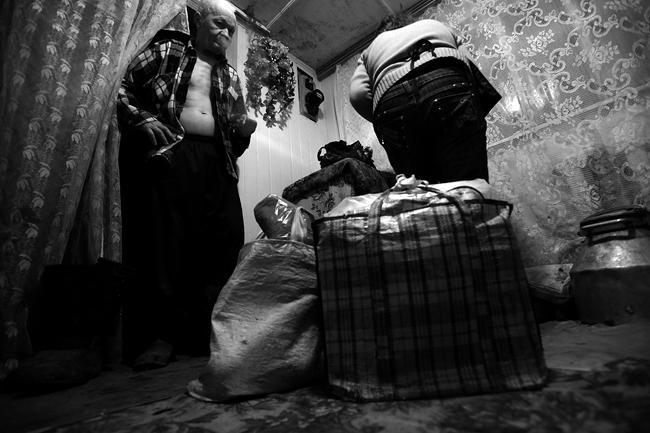 Мужчины остаются ``на хозяйстве`, многие из них просто стесняются ездить торговать на базар