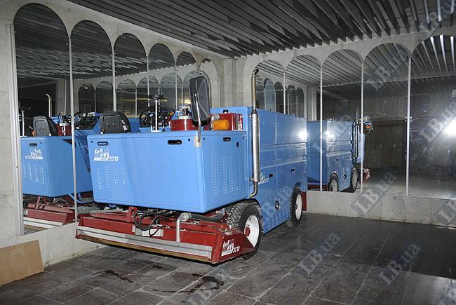 Нас заверили, что это - списанная машина для заливки льда. А выглядит как новенькая