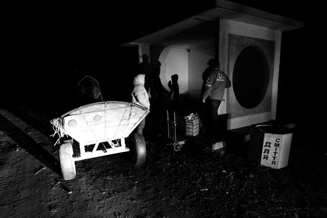 До автобусной остановки в 4-х км от села `бизнесмены` добираются кто на подводе, кто на стареньком `жигуленке`