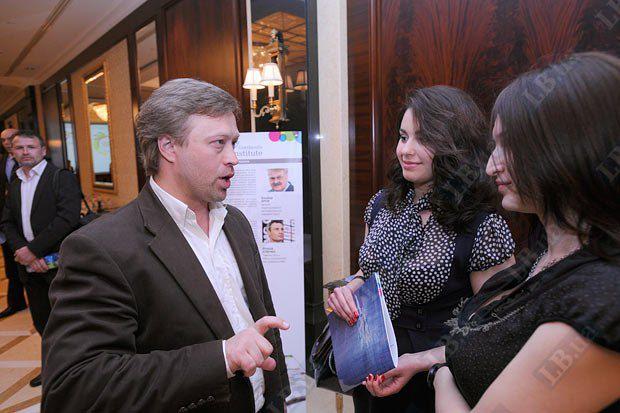 Управляющий партнер коммуникационной группы Publicity Дмитрий Васильев, журналисты Lb.ua Мария Рыдван (в центре) и Настя Зиборова