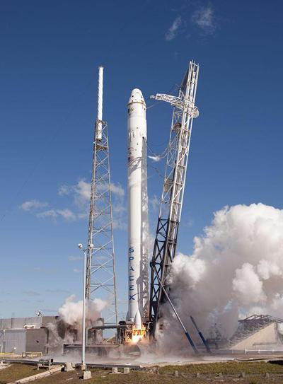 Запуск ракеты Falcon 9 с аппаратом Dragon на борту