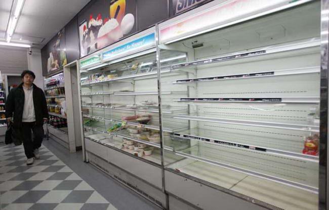 Пустые полки в продуктовом магазине