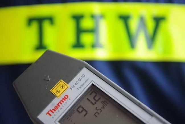 Член немецкого Федерального агентства по технической помощи (THW) измеряет гамма-излучение в Томе