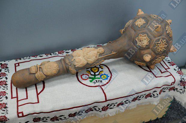 В булаве для президента УЕФА Мишеля Платини зашифрован каждый шип - солнце, крест, хлеб и др. А на рукоятке булавы изображен козак-характерник.