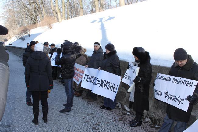 Пациенты частных центров гемодиализа из Чернигова и Черкасс под стенами Кабмина просят не переводить их в государственную больницу с более низким качеством лечения.
