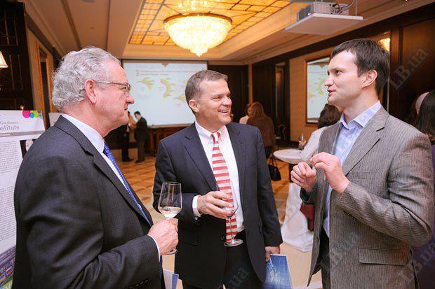 Директор Бизнес совета Украина-ЕС Джеймс Уилсон, основатель и президент группы компаний Foyil Дориан Фоил, вице-президент Института Горшенина Алексей Лещенко (слева направо)