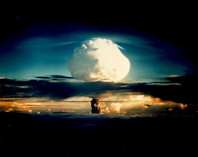 Испытание Mike 31 октября 1952 года на атолле Эневейта. Была взорвана первая водородная бомба мощность 10.4 мегатонны, гриб достиг высоты 41 км