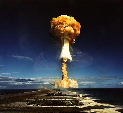 """Испытание """"Единорог"""" во французской Полинезии 3 июля 1970 года. Мощность взрыва составила 914 килотонн."""