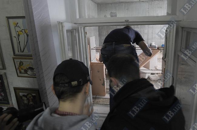 Активисты проникают в строящееся здание через офис главврача Института красоты с разрещения последней