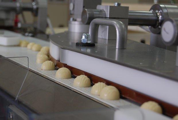Готовые конфеты едут в объятья шуршащих оберток