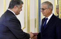 Порошенко вручил орден французскому сенатору