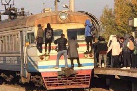 Киевляне заблокировали движение городской электрички из-за часового опоздания